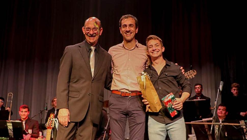 El maestro Angel Faré, el intendente Pablo Petrecca y Lucas Figgini.