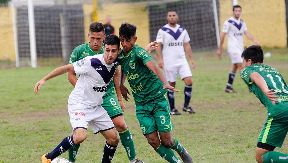 Instancia del entretenido partido, en el que Villa le ganó a Sarmiento.