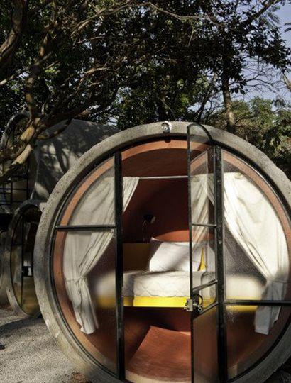 Los tubos se acomodan alrededor de un patio. Sobresalen con 4 módulos que agrupan 3 tubos.