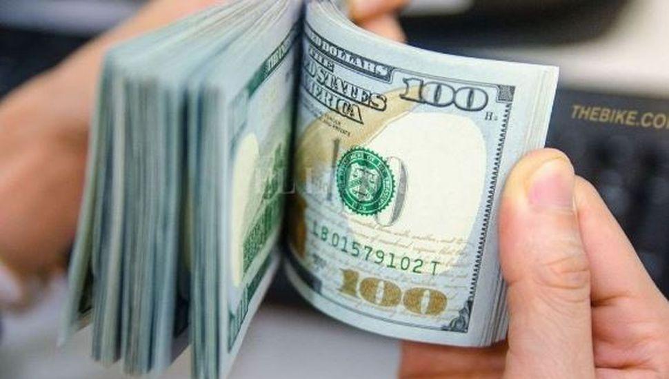 El dólar volvió a bajar, pero acumuló un salto semanal de $11,58