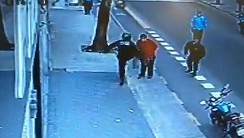 Murió el hombre armado que recibió la patada de un policía