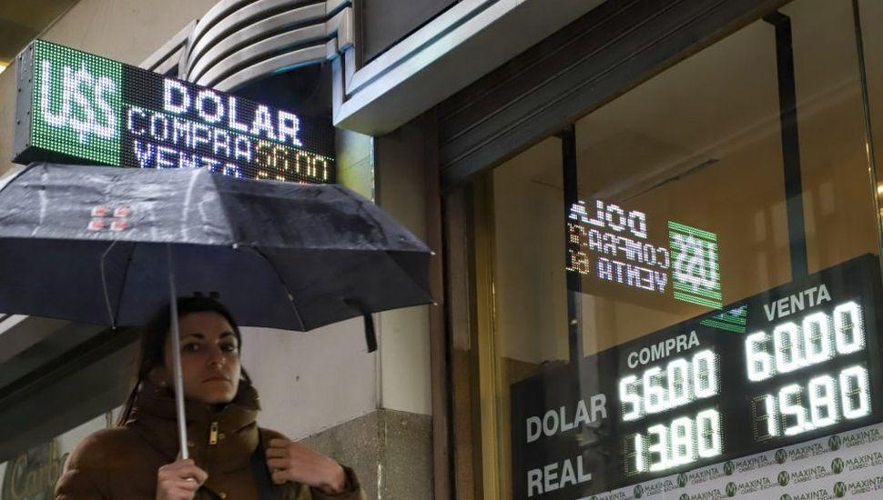 """El Banco Central pudo contener al dólar oficial, pero el """"blue"""" saltó por encima de los $67"""