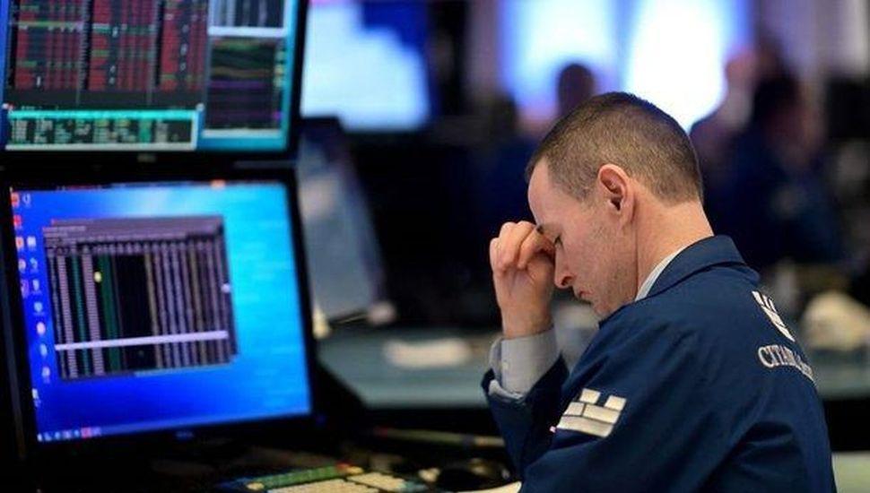 Sube el riesgo país, caen las acciones de empresas argentinas en Wall Street y el blue llegó a $147