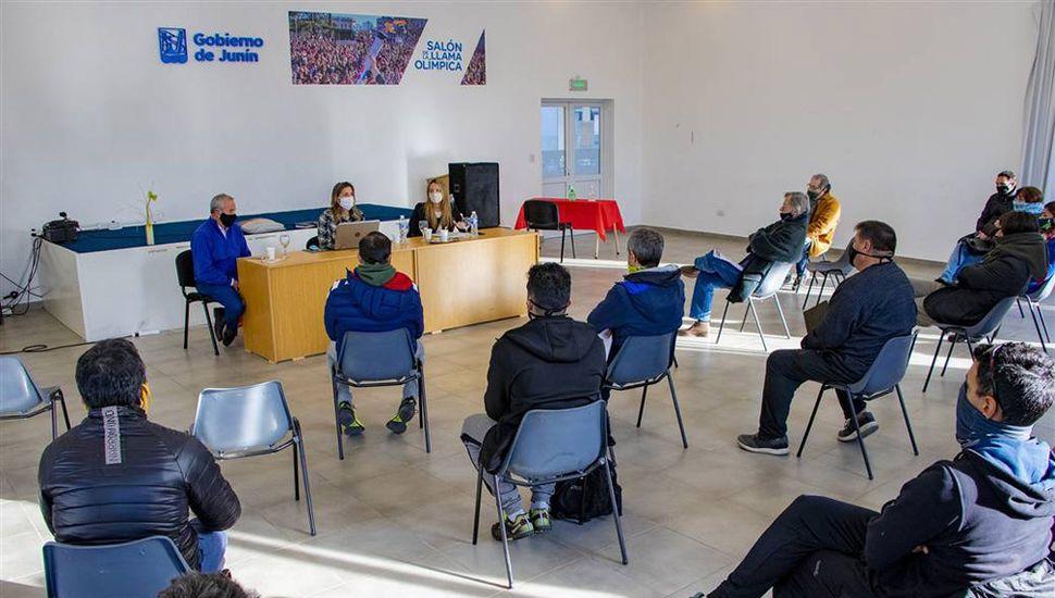 Funcionarios locales se reunieron ayer con referentes de distintas disciplinas.