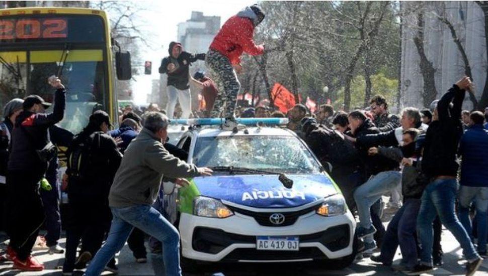 Corridas y destrozos tras un enfrentamiento entre manifestantes y la policía en La Plata