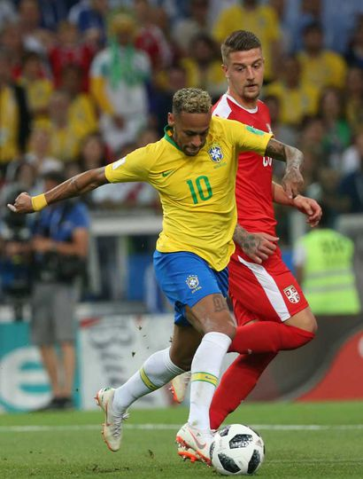 Neymar conduce un ataque de Brasil.