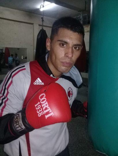 Agustín Burgos, ascendente valor local, cruzará guantes con el chacabuquense Luis Cardozo.