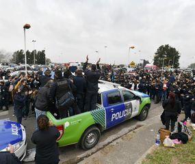 Los efectivos policiales aceptaron la propuesta oficial y depusieron sus reclamos, pero ese conflicto tiene derivaciones políticas.
