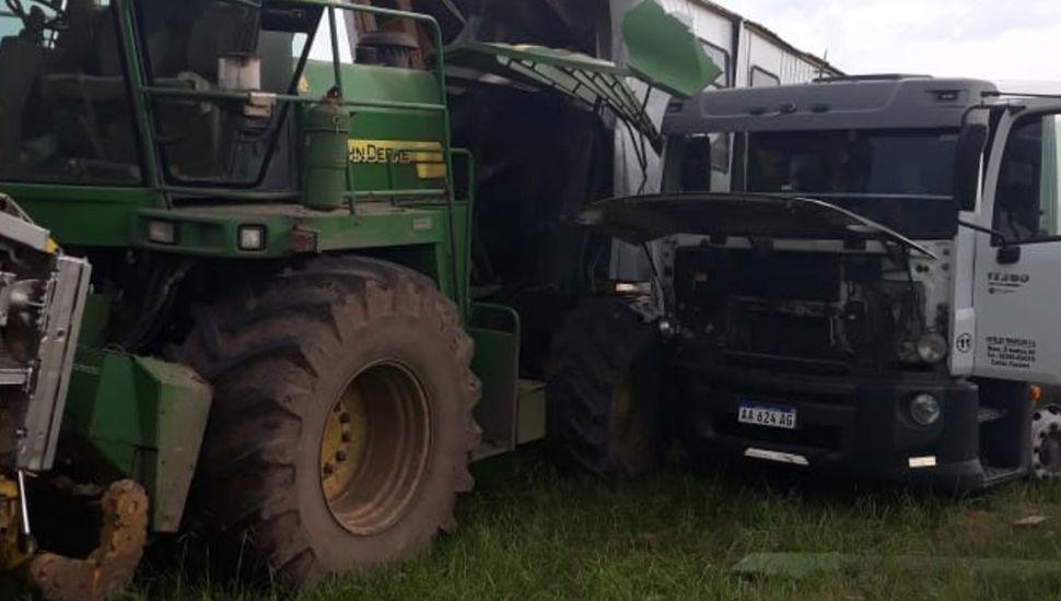 El camión quedó con el frente destruido.