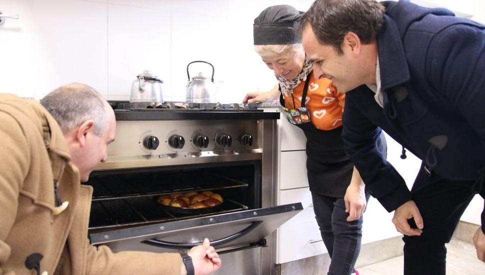 Los funcionarios observando que se cocinaba para los internos en el establecimiento.