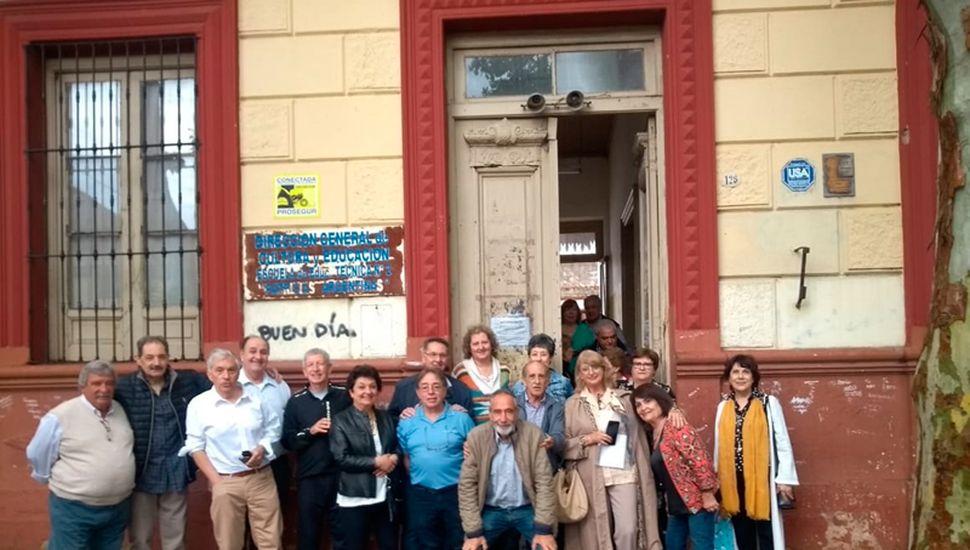 La promoción 1969 visitó el viejo edificio de la institución en calle Lebensohn.