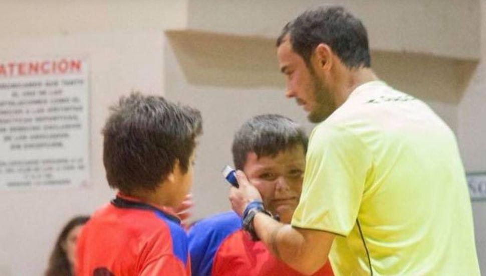 El conmovedor gesto de un árbitro con un niño durante un partido de fútbol infantil