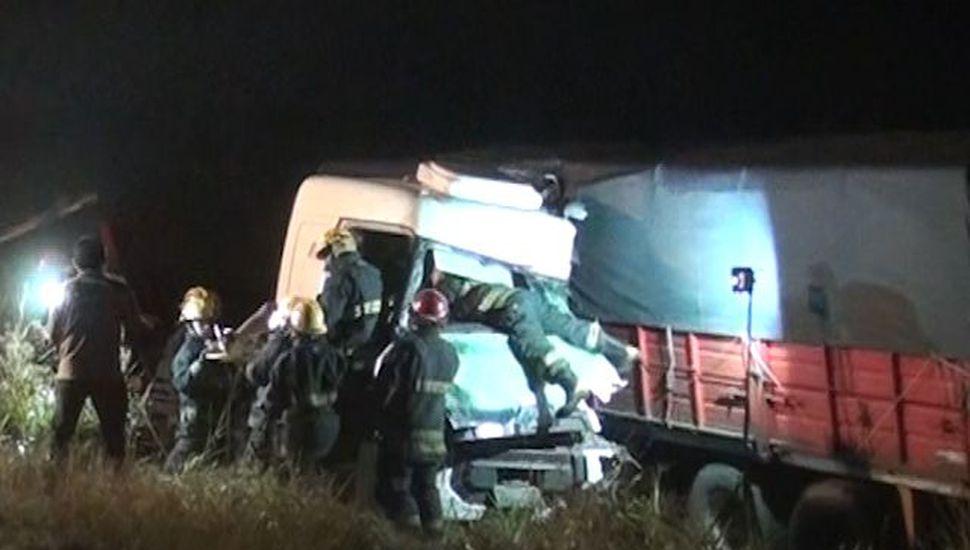 El camión sufrió el efecto tijera y generó serios daños en la cabina.