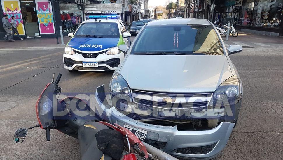 Accidente entre moto y auto en el centro de Junín