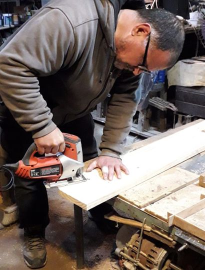 Walter elabora todos los juguetes de manera artesanal en su taller.
