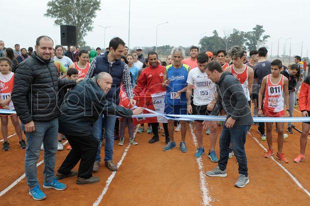 Del acto, participaron funcionarios, atletas y vecinos.