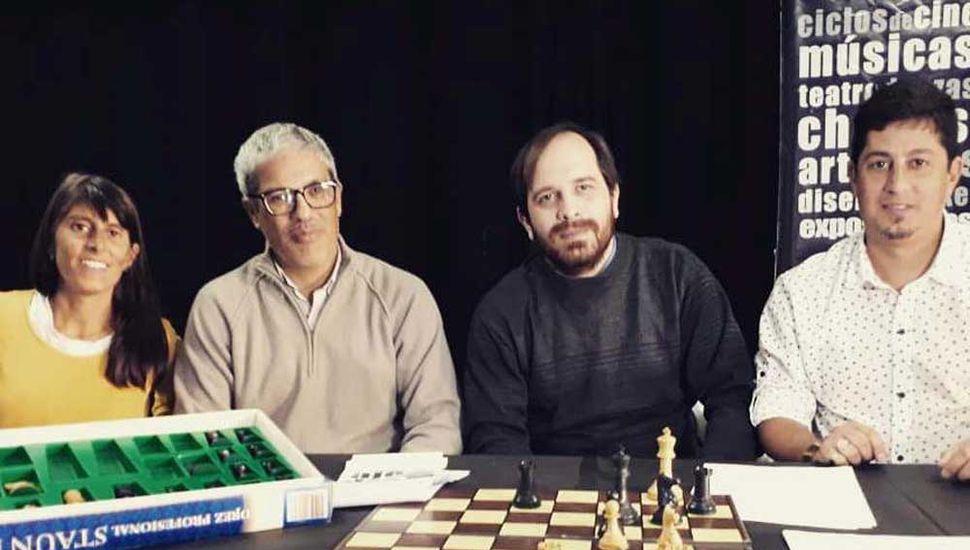 Ramiro Troilo (derecha), Waltyer Ghigliotto y dirigentes del Club Jorge Newbery de Lincoln al presentar la escuela de ajedrez en esa entidad linqueña.
