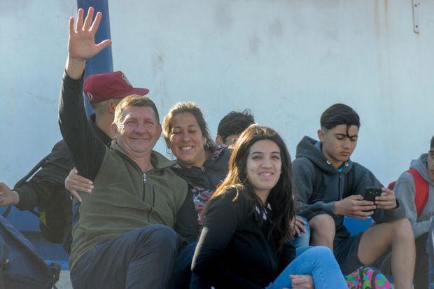 """Pasión villera. Roxana Botta y su esposo Marcelo, en el Estadio """"El Bosque"""", alentando a Villa."""