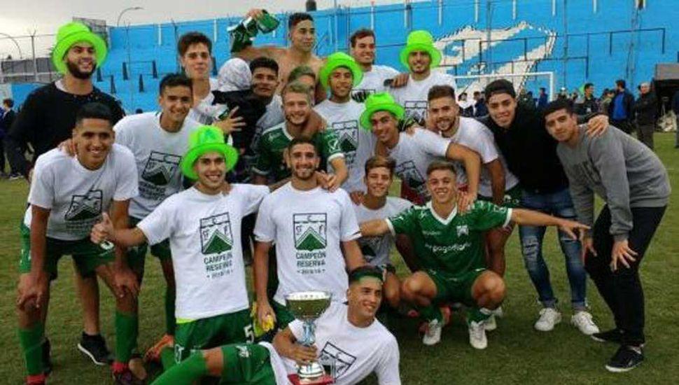 Los jugadores de Ferro Carril Oeste festejan con el trofeo de campeón en cancha de Temperley.