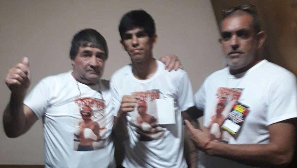 """""""La cobra"""" Olguín (centro) junto a su padre, Francisco, y a su director técnico, José """"Cordobés"""" Guevara (izquierda)."""