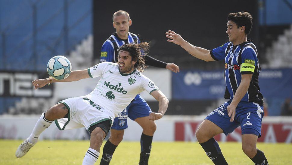 Faltó el gol.  Pablo Magnín en acción, el goleador de Sarmiento tuvo sus chances pero no pudo concretar.