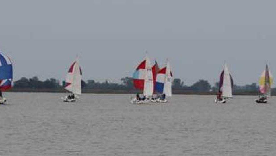 """Varias embarcaciones de la categoría Micro participaron de la jornada náutica en la """"Laguna de Gómez""""."""