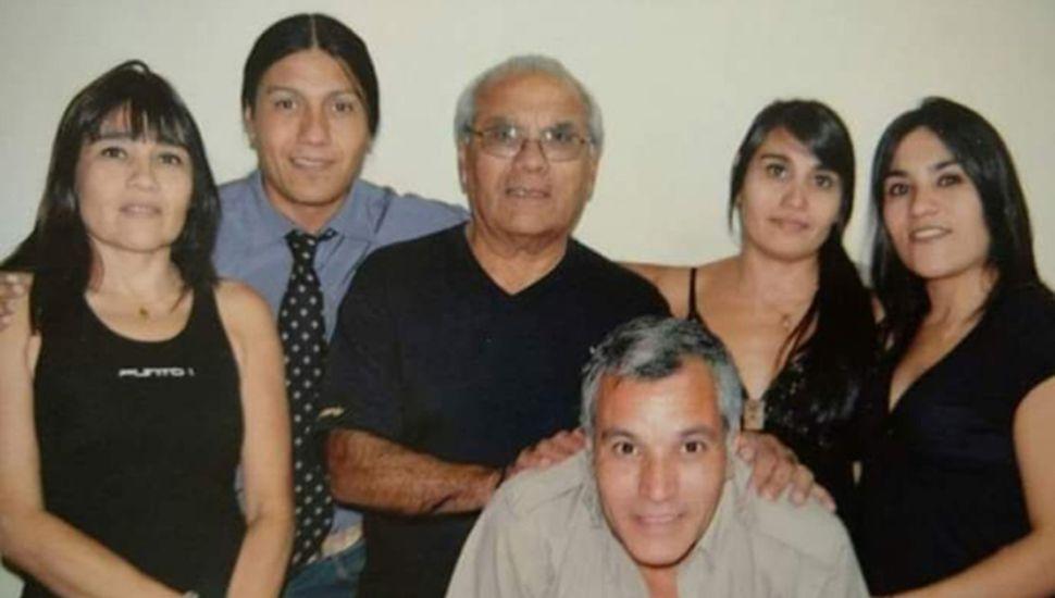 Junto a sus cinco hijos, Ramón José Frías, quien falleció a los 83 años.