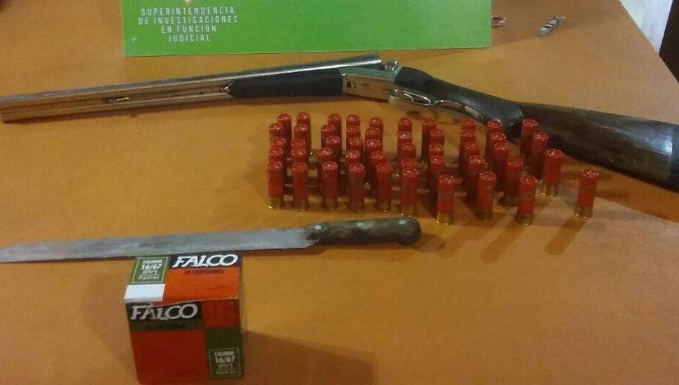 Escopeta, cartuchos y machete secuestrados en el allanamiento realizado ayer.