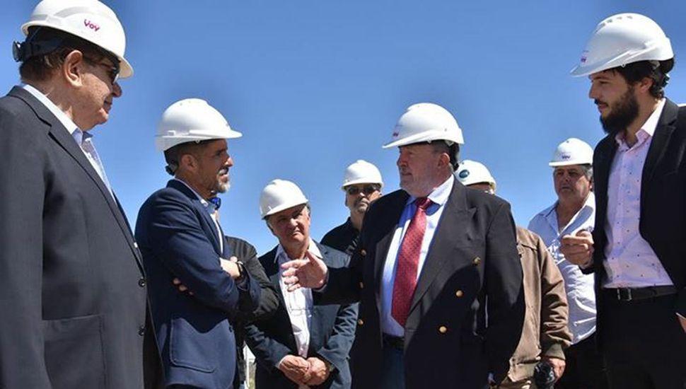 El gobernador pampeano Carlos Verna junto  a sus ministros y al empresario juninense César Castillo en la inauguración de la refinería cerca de 25 de Mayo.