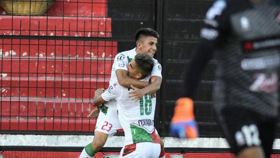 Fernández festeja con Almada, en el gol de la victoria de Vélez Sarsfield.