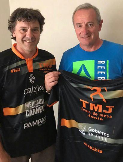 El profesor Daniel Bergamini (izquierda) y el director de Deportes municipal, Claudio Yópolo, al presentar la camiseta oficial.
