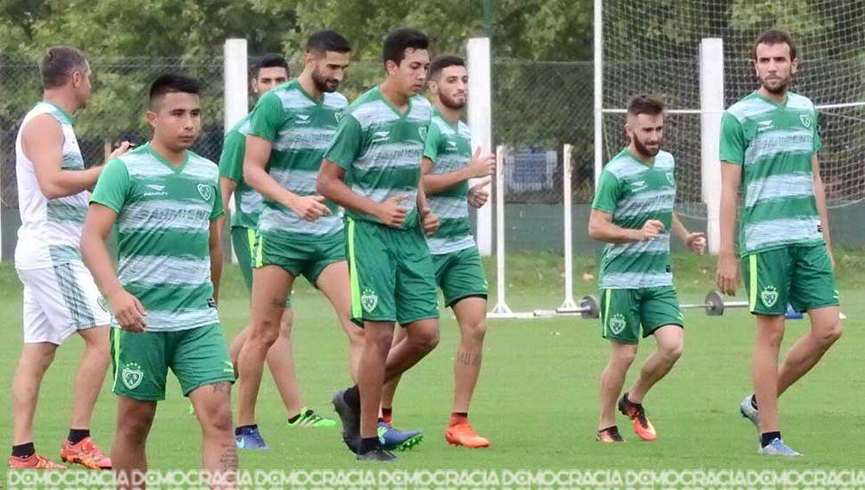 El plantel de Sarmiento realizó ayer trabajos regenerativos (los que jugaron el lunes) y fútbol reducido el resto de los jugadores.