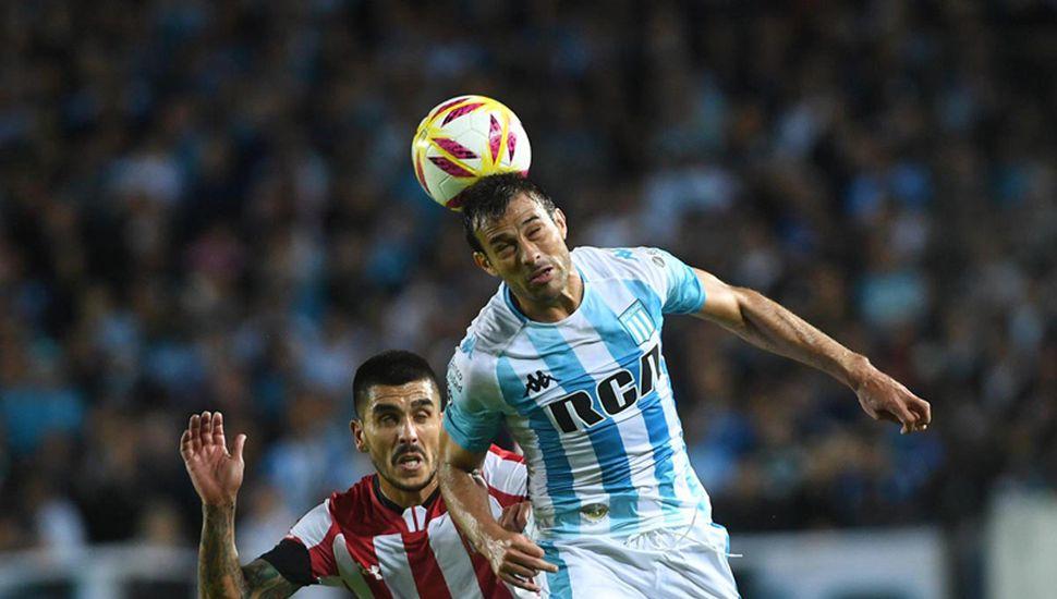 Darío Cvitanich gana en lo alto.
