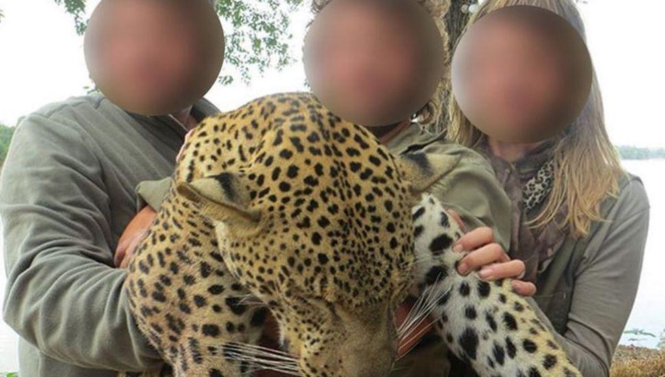 """Fueron a cazar, mostraron en redes sus """"trofeos"""" y los despidieron del trabajo"""