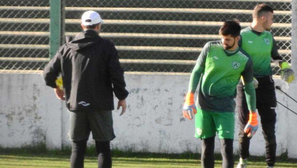 Rodrigo Luis Tomás Burela (de espaldas) trabajando con dos de los arqueros del plantel de Sarmiento de Junín.