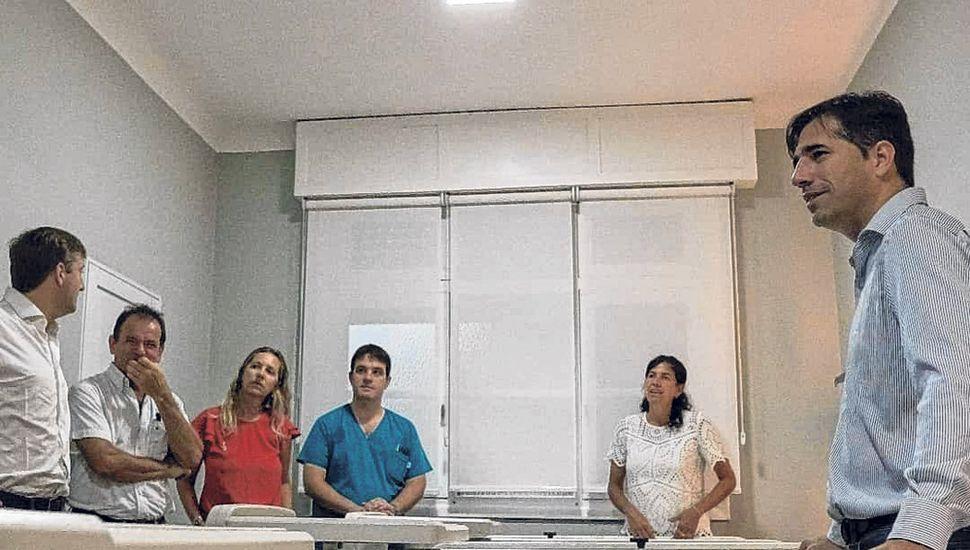 Franco Flexas y autoridades, en la nueva habitación del Hospital de Viamonte.