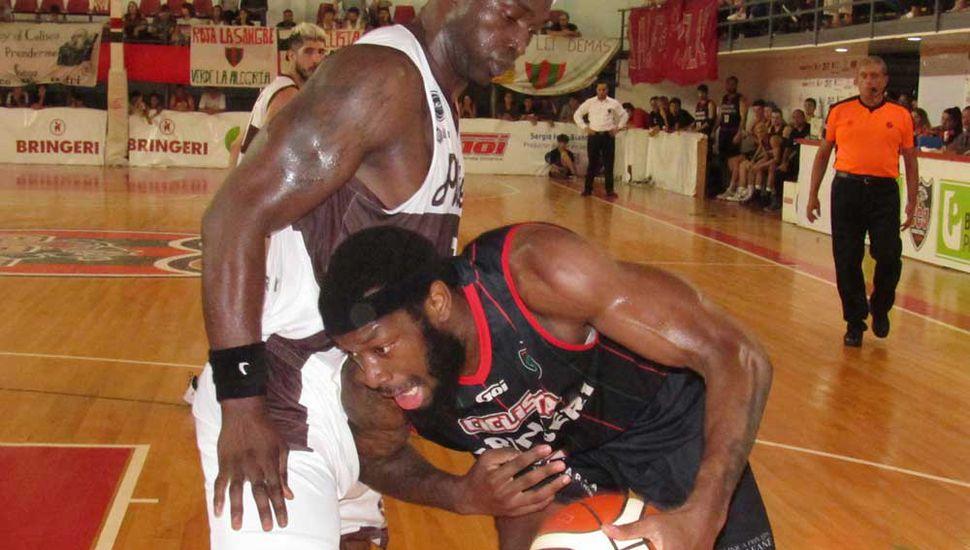 Corbin Jackson mano a mano con Gastón Essengue.