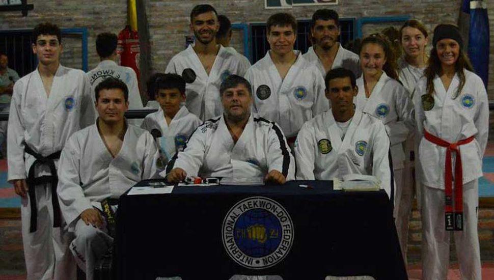 El maestro Gabriel Cova, el profesor Nicolás Díaz (izquierda) y alumnos que fueron evaluados en Santa Rosa.