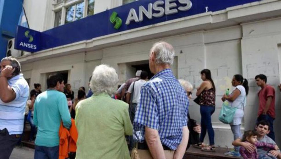 El Gobierno otorgará un aumento del 11,8% a los jubilados y beneficiarios de la AUH