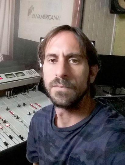 Lucas Manuel Guastoni en los estudios de Panamericana 102.1 de General Pinto.