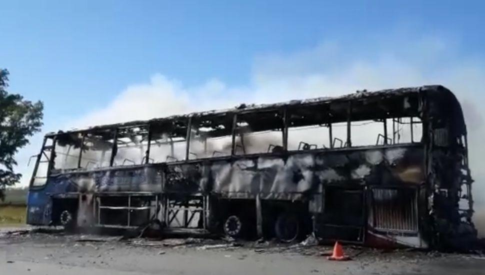 Incendio total de un colectivo sobre Ruta 7