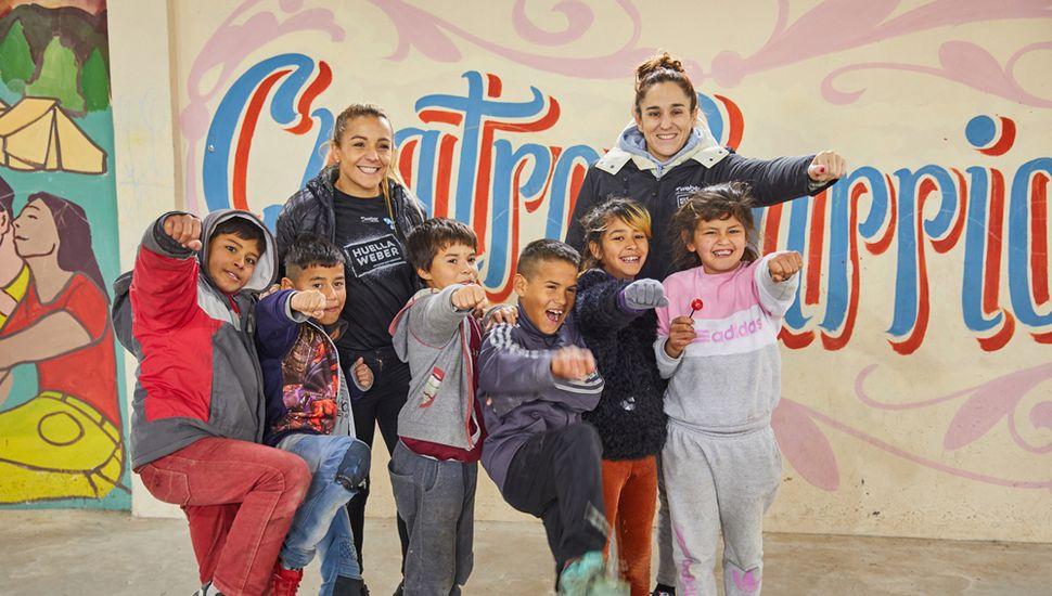 """La boxeadora Yésica """"LaTuti"""" Boop y la nadadora Pilar Geido disfrutando a pleno con los chicos."""