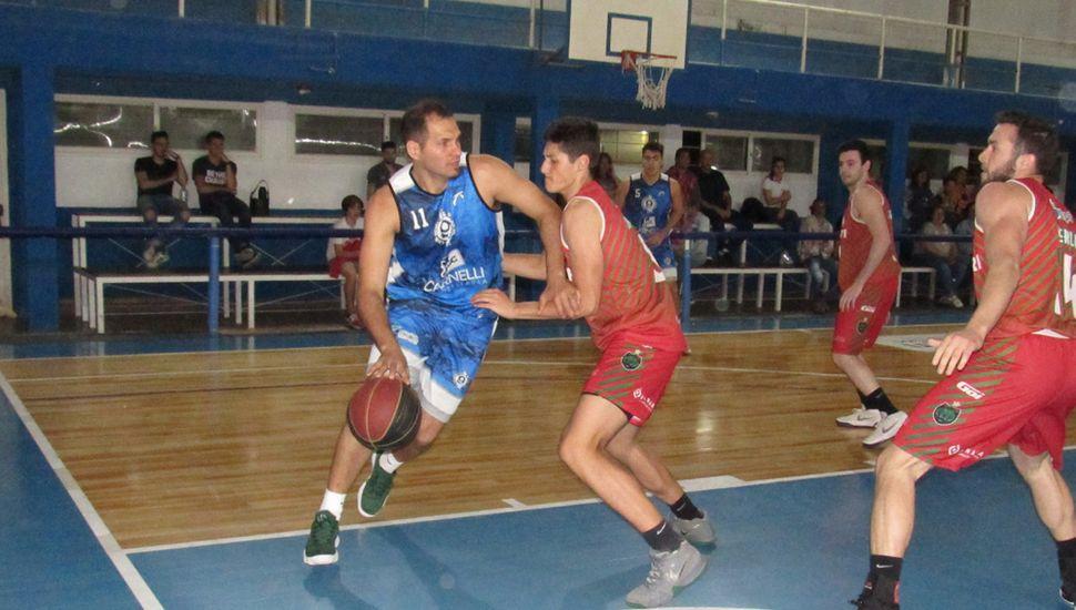 Javier Corniglia ante la marca de Agustín Luchelli.