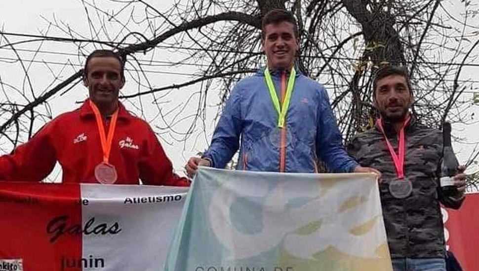 El podio de la general de caballeros del medio maratón, con el juninense Pablo Muñoz como segundo (izquierda).