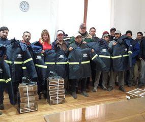 Trabajadores municipales con la ropa nueva para el trabajo.