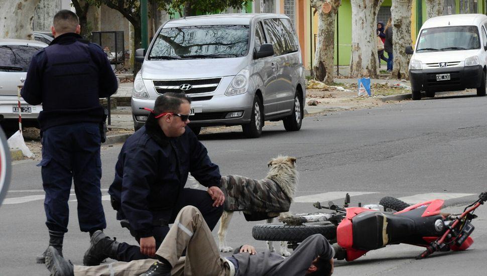 En Libertad y Rivadavia, choque entre moto y bici.