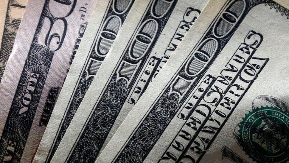 El blue llegó a los $140 y la brecha con el dólar minorista es de casi 85%