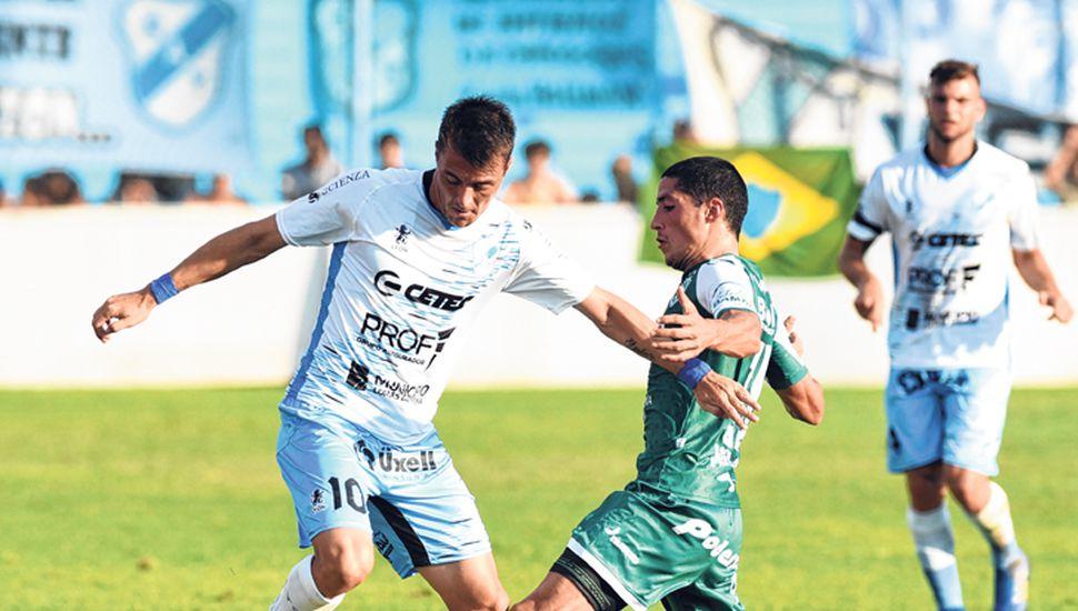 Leandro González esquiva la marca de Nicolás Castro.