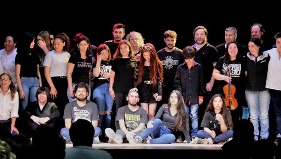 Todos los participantes del encuentro musical realizado en el salón del Centro Cultural de General Pinto.