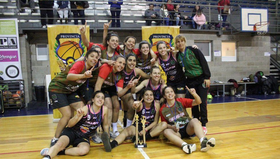 Las chicas con el merecido trofeo logrado en la ciudad de Mar del Plata.